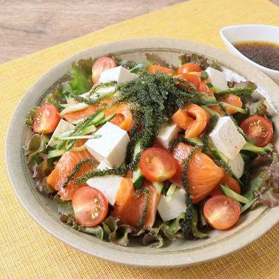 海ぶどうと島豆腐のサーモンサラダ