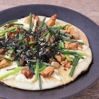 フライパンで作る 焼き鳥と小ねぎの和風ピザ