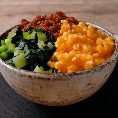 彩り鮮やか 小松菜とそぼろの三色丼
