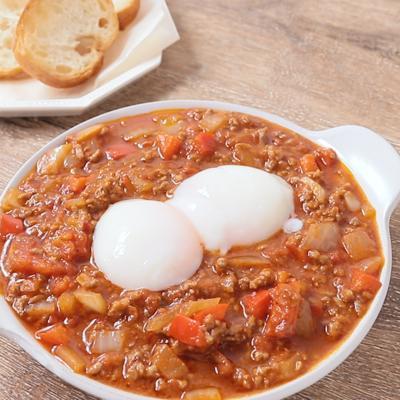 ピリ辛 ひき肉と温泉卵のシャクシュカ風