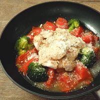 鶏むね肉とトマトのフライパン蒸し