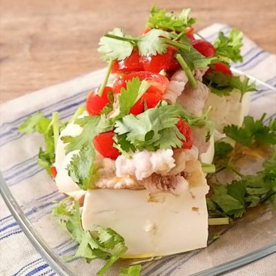 エスニックトマトソースの豚しゃぶのせ豆腐サラダ