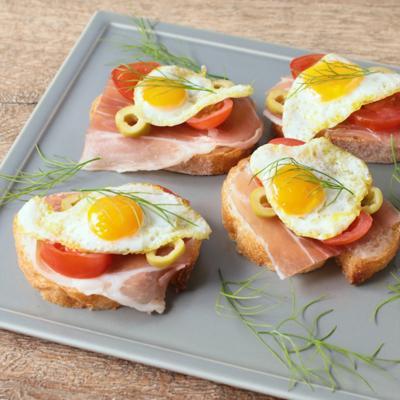 うずらの卵と生ハムのブルスケッタ