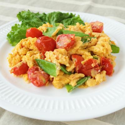 色鮮やか 絹さやとミニトマトの卵炒め