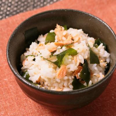 鮭フレークとわかめの混ぜご飯
