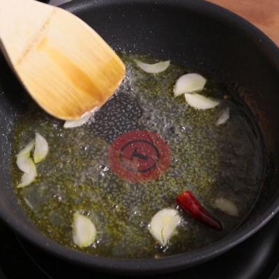 パスタの茹で汁を乳化させる
