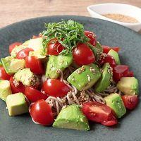 ミニトマトとアボカドのサラダ蕎麦