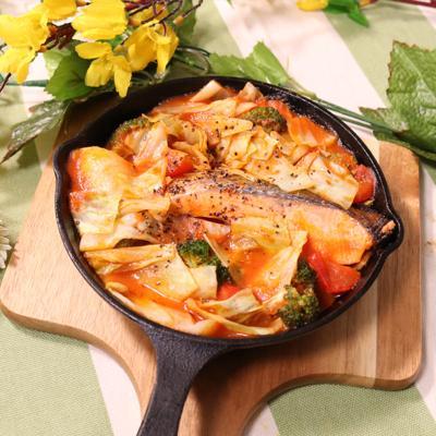彩り華やか!秋鮭のトマトパッツァ