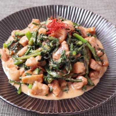 春菊とゴロゴロ豚肉のごま風味炒め