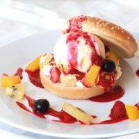 フルーツたっぷり アイスクリームバーガー