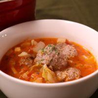ミートボールを食べるトマトスープ