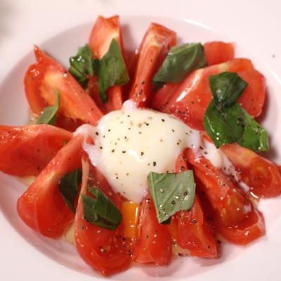 昆布茶ドレッシングが決め手!トマトの温玉サラダ