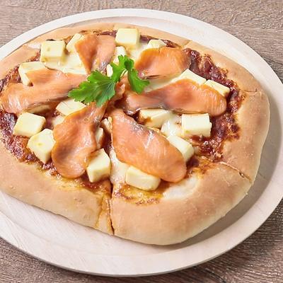 クリームチーズとスモークサーモンのピザ