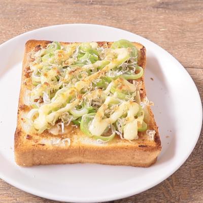長ねぎとじゃこのニンニク味噌トースト