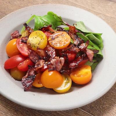 かりかりベーコンとカラフルミニトマトのシンプルサラダ