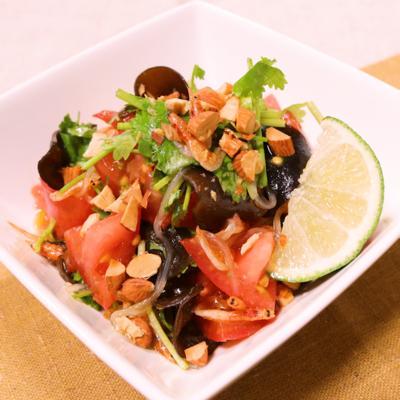 トマトとパクチーのピリ辛チリドレッシングサラダ