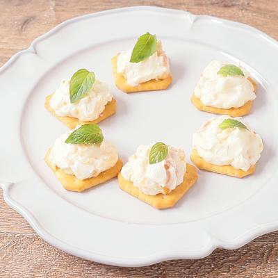 アプリコットジャムとクリームチーズのカナッペ