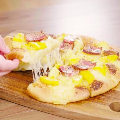 銀匙飯!じゃがいもとベーコンの3種チーズ入りピザ