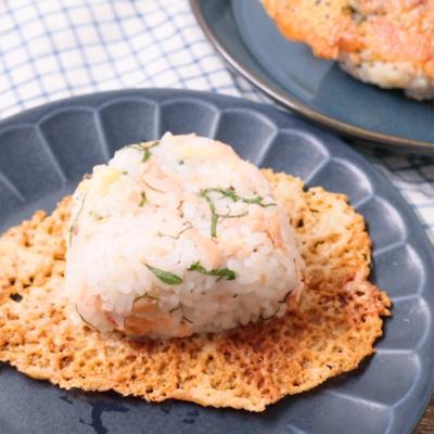 焼き鮭の白みそ麹 香ばしいチーズおにぎり