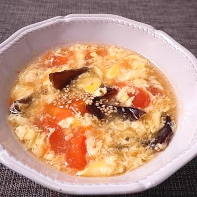 キクラゲとトマトのふわふわ中華風卵スープ