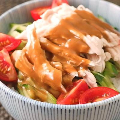 焼肉のタレで簡単 鶏むね肉バンバンジー丼