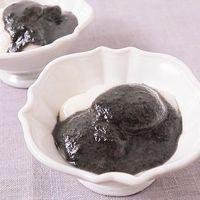 黒胡麻ソースで食べる くるみ餅