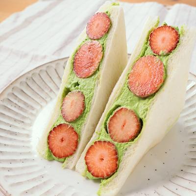 抹茶クリームといちごのサンドイッチ