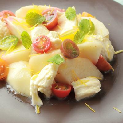 桃とモッツァレラ ミニトマトでカラフルサラダ