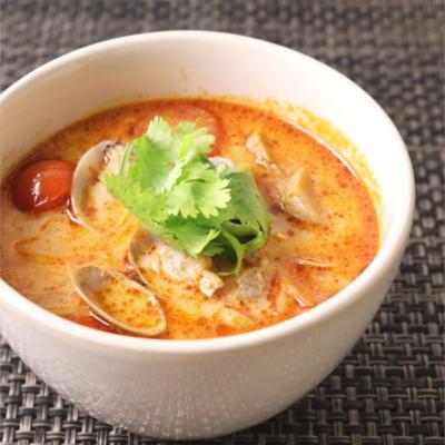 アサリの風味が効いたトムヤム風スープ