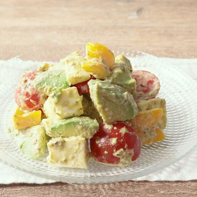 アボカドと彩り野菜のバジルサラダ