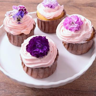 エディブルフラワーのカップケーキ