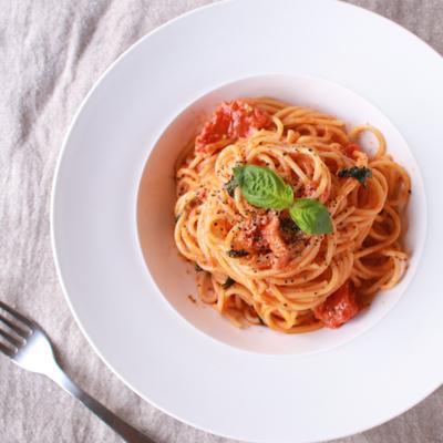 トマト缶とバジルのスパゲティ
