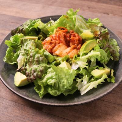 キムチとアボカドのサニーレタスサラダ