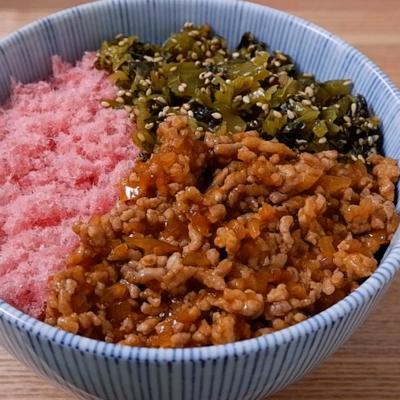 桜でんぶとピリ辛そぼろの三色丼