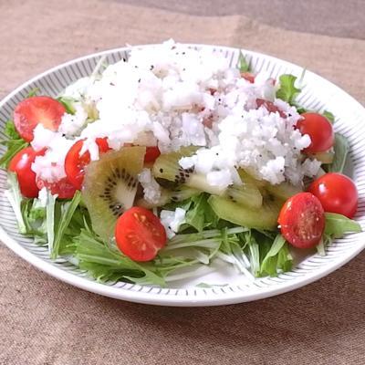 キウイとトマトのチーズドレッシングサラダ