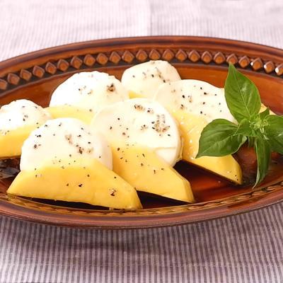 マンゴーとモッツァレラチーズのマリネ風