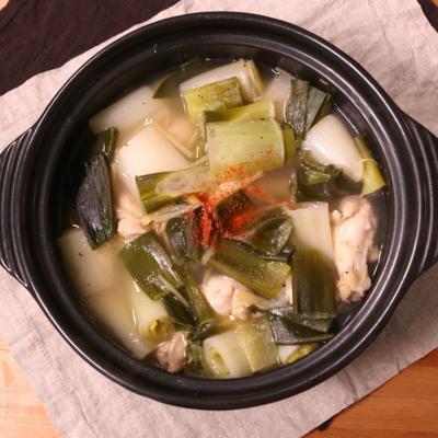 出汁が美味しい!長ねぎと鶏手羽元の塩鍋