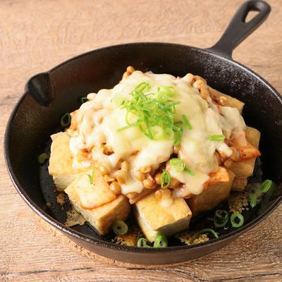 スキレットで 厚揚げのキムチーズ納豆