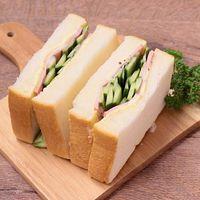 キュウリとハムのボリューミーサンドイッチ
