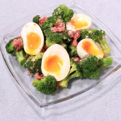 コンビーフが決め手 ブロッコリーと半熟卵のさわやかサラダ