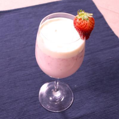 甘くて幸せ!フレッシュいちごのミルクジュース