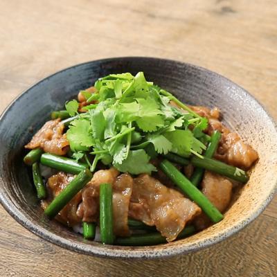 パクチーのせ 簡単豚バラ肉とニンニクの芽丼