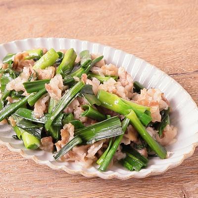 葉ニンニクと豚バラ肉の塩麹炒め