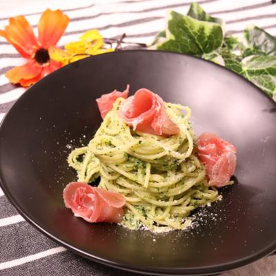 緑鮮やか!小松菜ソースの生ハムパスタ