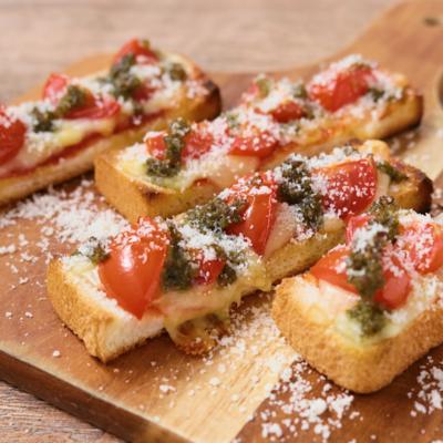 簡単ピザ風 トマトとチーズのジェノベーゼ