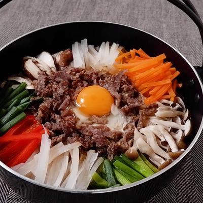 韓国風彩り野菜と牛肉のすき焼き