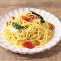 バジル香るトマトとモッツァレラチーズのパスタ