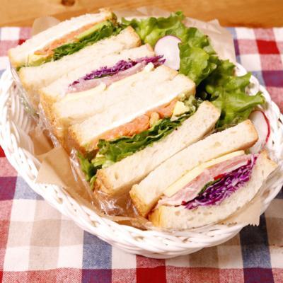 華やかサンドイッチ!生ハムとスモークサーモン