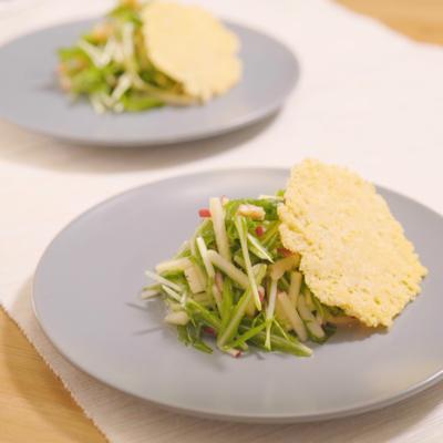 水菜とりんごのサラダ パリパリチーズガレット添え