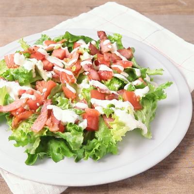 手作りハーブドレッシングのサラダ